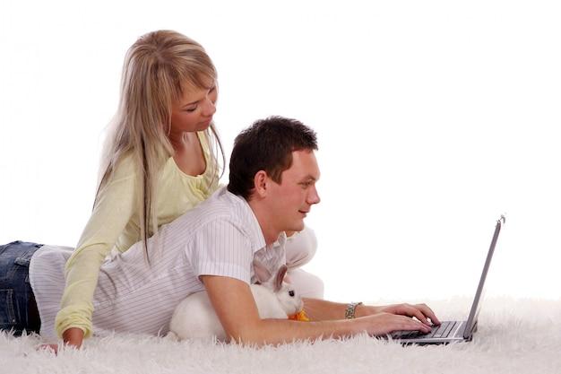 Szczęśliwa młoda i atrakcyjna para