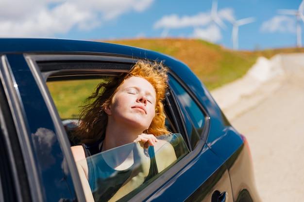 Szczęśliwa młoda kobieta cieszy się przejażdżkę
