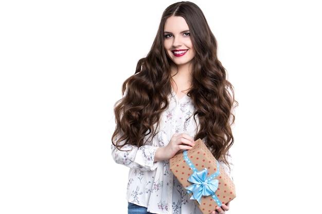 Szczęśliwa młoda kobieta daje prezent