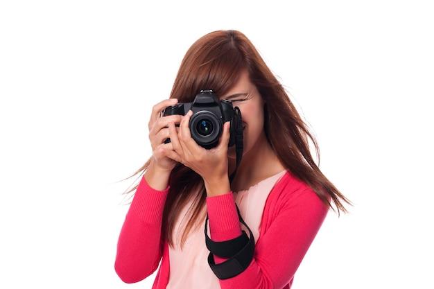 Szczęśliwa młoda kobieta fotograf z aparatem