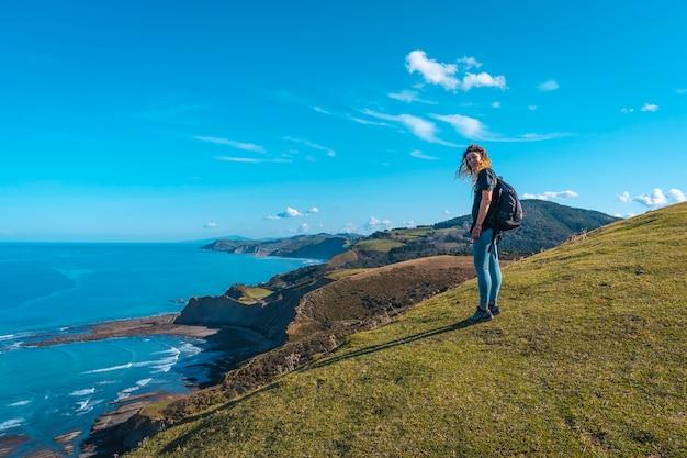 Szczęśliwa młoda kobieta na górze w punkcie widokowym geopark sakoneta