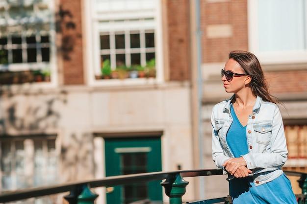 Szczęśliwa młoda kobieta na ulicy