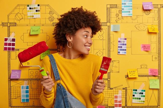 Szczęśliwa młoda kobieta projektant planuje remont nowoczesnego mieszkania