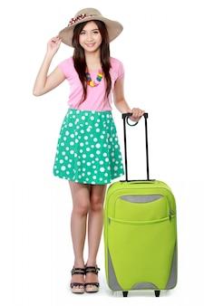 Szczęśliwa młoda kobieta przygotowywająca iść na wakacje
