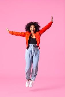 Szczęśliwa młoda kobieta skacze
