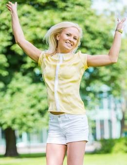 Szczęśliwa młoda kobieta skoki