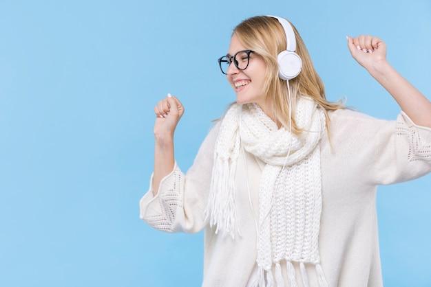 Szczęśliwa młoda kobieta słucha muzyka