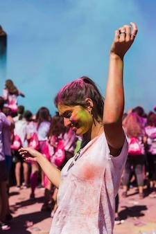 Szczęśliwa młoda kobieta tańczy w holi uroczystości