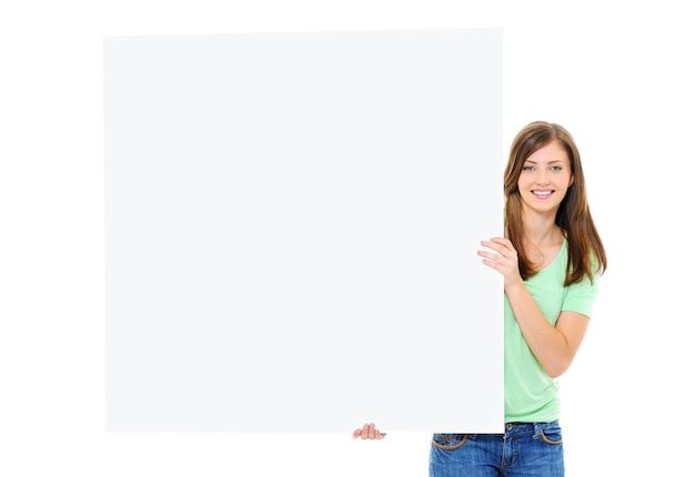 Szczęśliwa młoda kobieta trzyma duży pusty sztandar