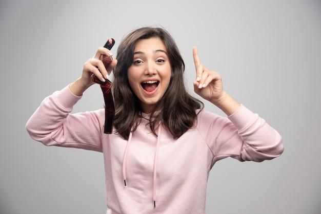 Szczęśliwa młoda kobieta trzymając przezroczy.