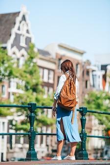 Szczęśliwa młoda kobieta w europejskim mieście