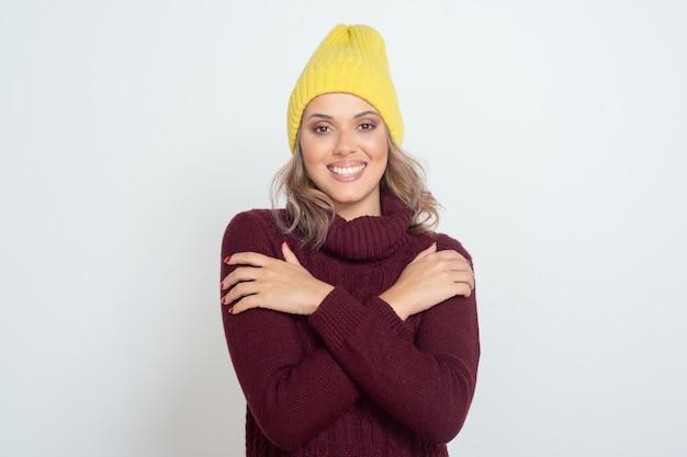 Szczęśliwa młoda kobieta w żółtym kapeluszu