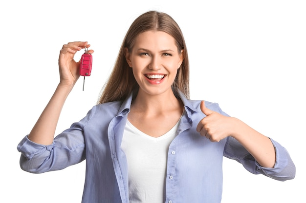 Szczęśliwa młoda kobieta z kluczykiem samochodowym