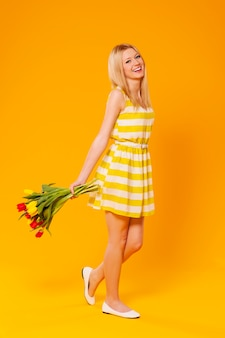 Szczęśliwa młoda kobieta z kwiatami