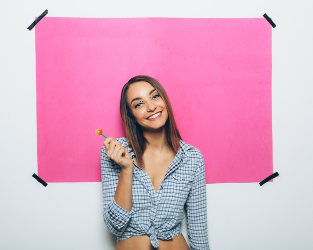 Szczęśliwa młoda kobieta z lizakiem