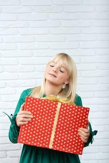 Szczęśliwa młoda kobieta z prezentem