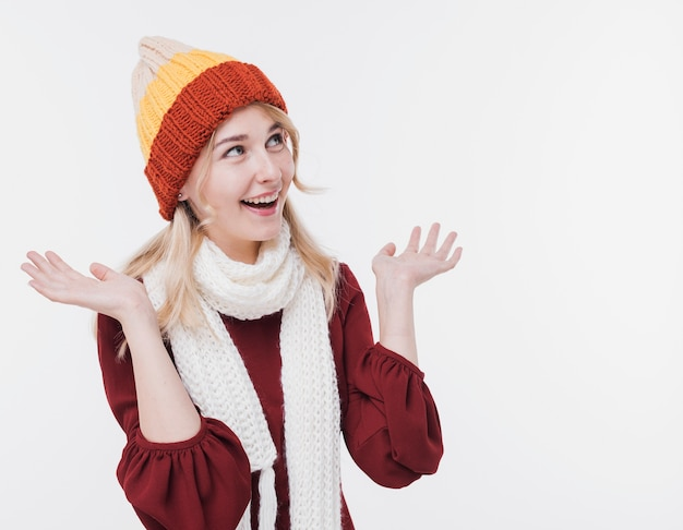 Szczęśliwa młoda kobieta z szalikiem