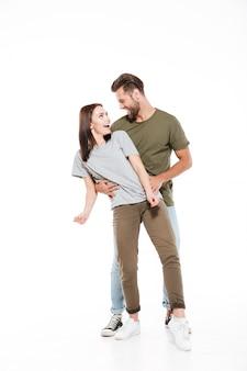 Szczęśliwa młoda kochająca pary pozycja odizolowywająca