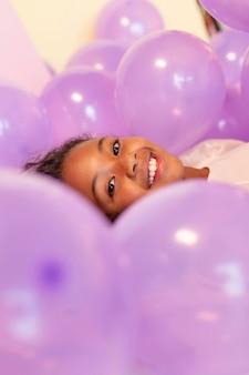 Szczęśliwa młoda ładna dziewczyna na uroczystej imprezie