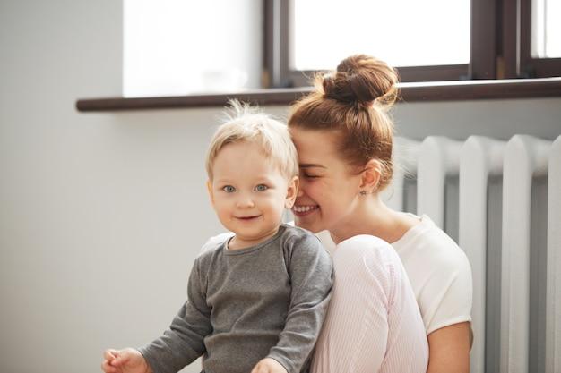 Szczęśliwa młoda matka z synkiem w domu