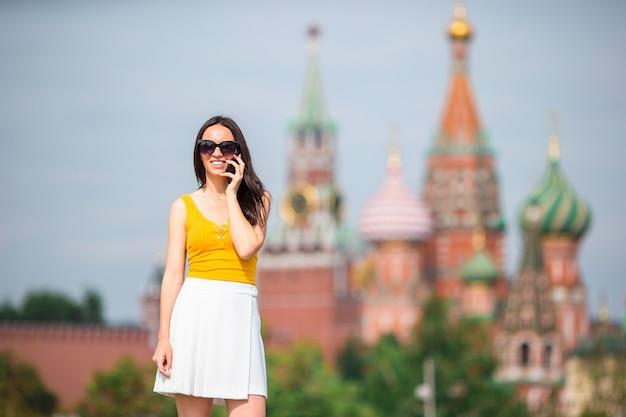 Szczęśliwa młoda miastowa kobieta w europejskim mieście.