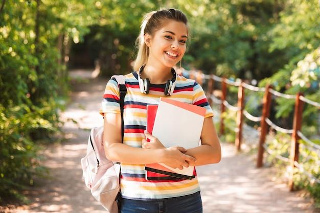 Szczęśliwa młoda nastolatka prowadzenia