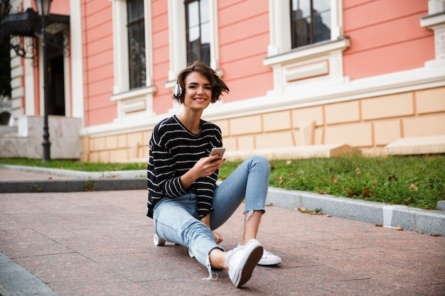 Szczęśliwa młoda nastoletnia dziewczyna z hełmofonami