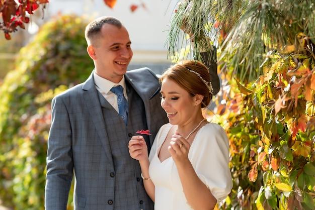 Szczęśliwa młoda panna młoda i pan młody w dniu ślubu mężczyzna rozśmiesza kobietę