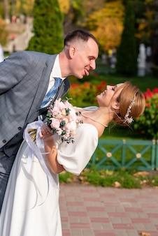 Szczęśliwa młoda panna młoda i pan młody w dniu ślubu para ślubna to nowa rodzinna suknia ślubna