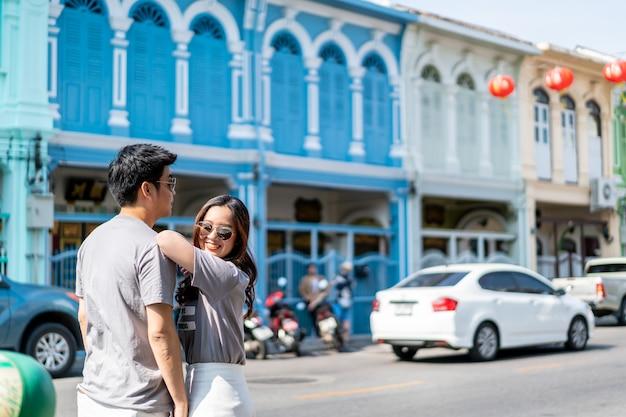Szczęśliwa młoda para azjatyckich zakochanych dobrze się bawić