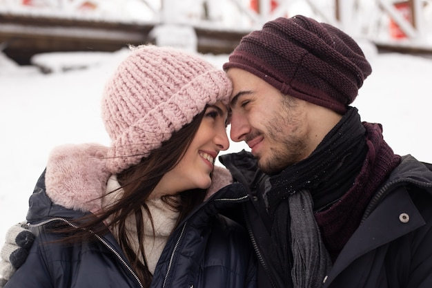 Szczęśliwa młoda para cieszyć się dniem w mroźną zimę