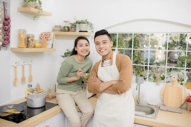 Szczęśliwa młoda para je i rozmawia w kuchni