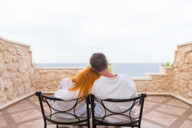 Szczęśliwa młoda para korzystających wakacje