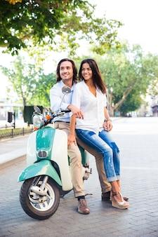Szczęśliwa młoda para na skuterze