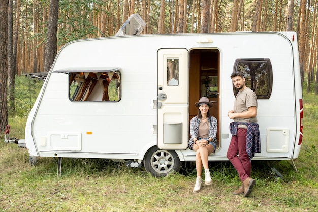 Szczęśliwa młoda para odpoczywa przy domu na kółkach