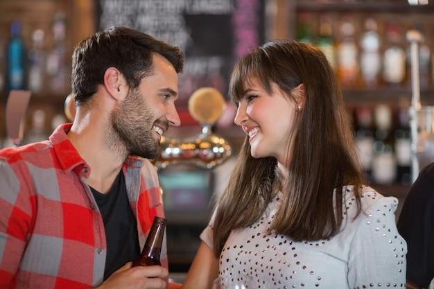 Szczęśliwa młoda para patrząc na siebie