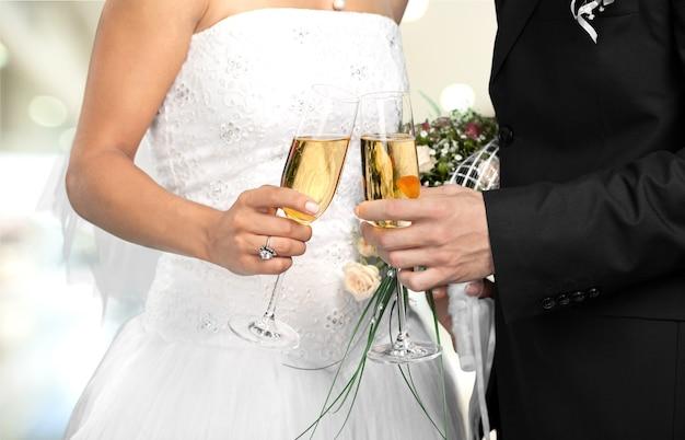 Szczęśliwa młoda para po ślubie z szampanem