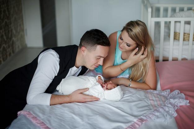 Szczęśliwa młoda para podziwiając swoje nowo narodzone dziecko