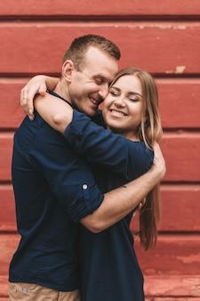 Szczęśliwa młoda para. pojęcie szczęśliwej rodziny z silnymi uczuciami. zakochani młodzi ludzie