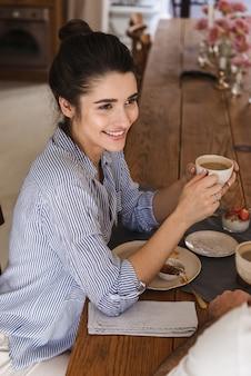 Szczęśliwa młoda para przy filiżance herbaty rano
