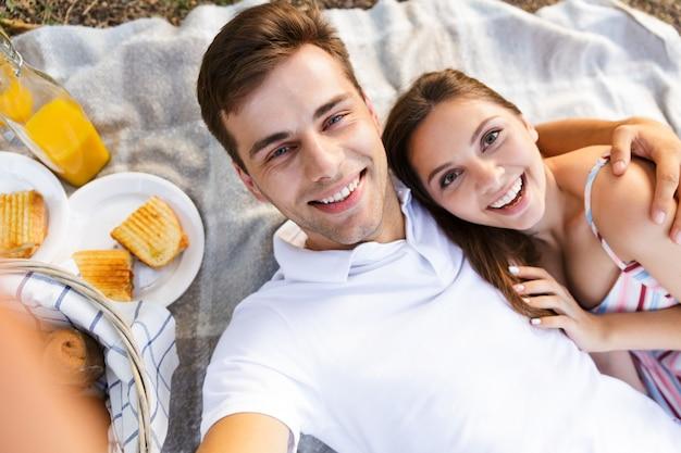 Szczęśliwa młoda para spędzająca razem dobry czas