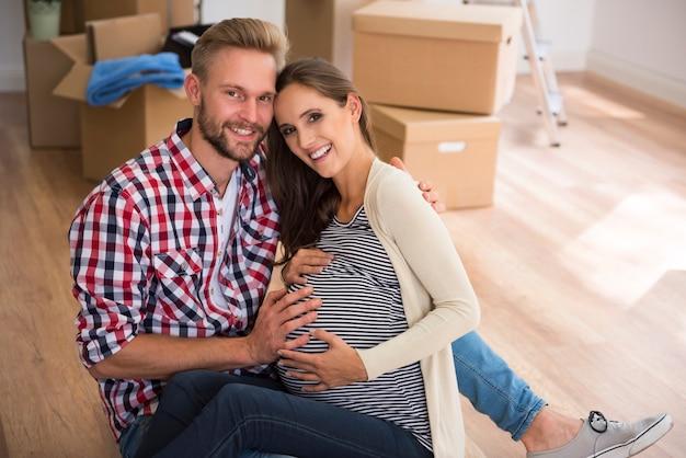 Szczęśliwa młoda para spodziewa się pierwszego dziecka