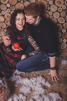 Szczęśliwa młoda para świętuje wakacje nowego roku