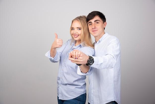Szczęśliwa młoda para trzymając się za ręce