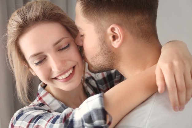 Szczęśliwa młoda para w domu, zbliżenie