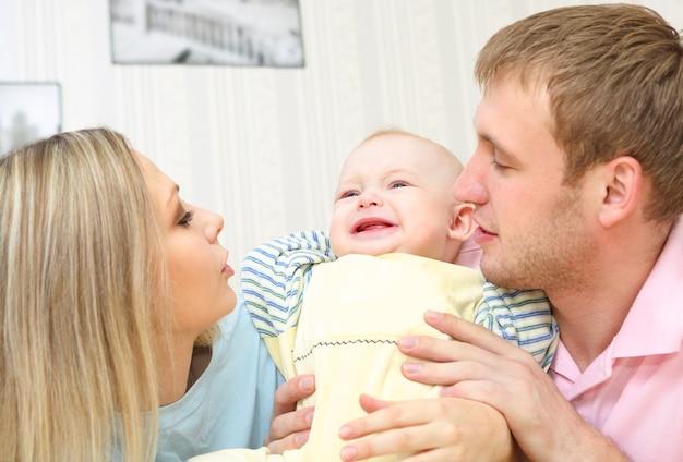 Szczęśliwa młoda para w domu
