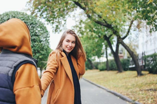 Szczęśliwa młoda para w miłości nastolatków przyjaciół ubranych w swobodnym stylu na ulicy miasta jesienią