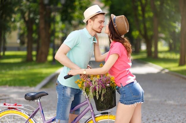 Szczęśliwa młoda para z rowerem w sity