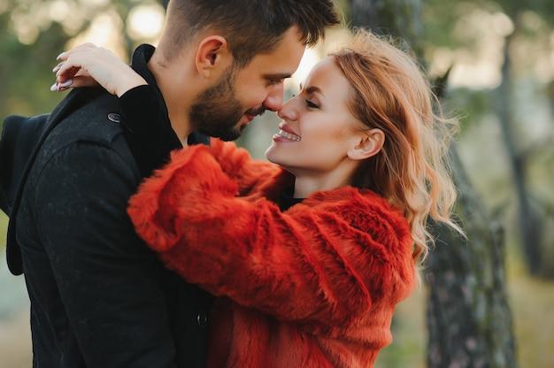 Szczęśliwa młoda para zakochanych na świeżym powietrzu jesienią