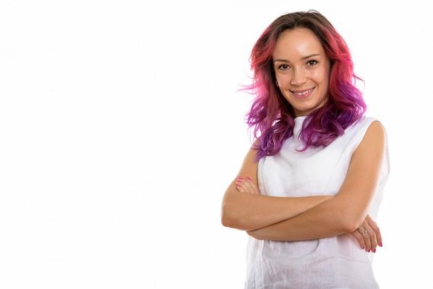 Szczęśliwa młoda piękna kobieta uśmiecha się z ramionami cro